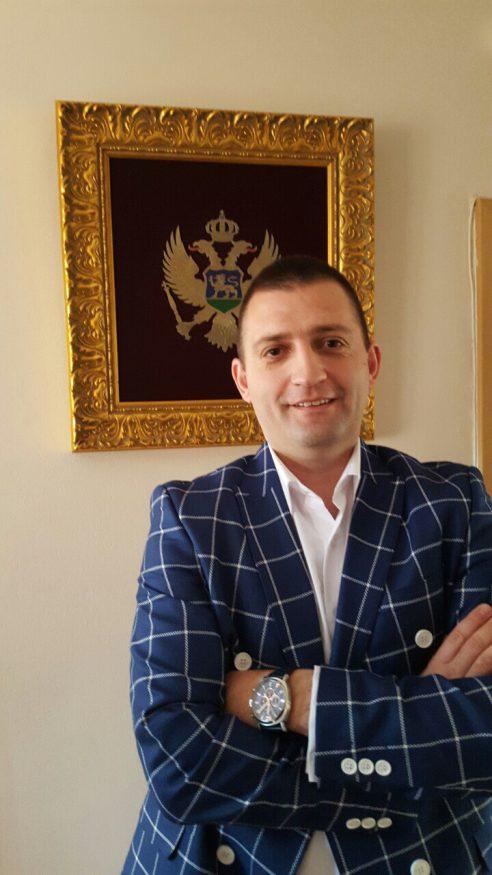 UMJESTO PRAZNE PRIČE RASKINITE LJUBAVNU ROMANSU SA DEMOKRATAMA
